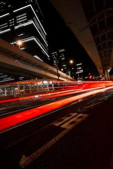 A vida noturna da cidade brilha nas ruas