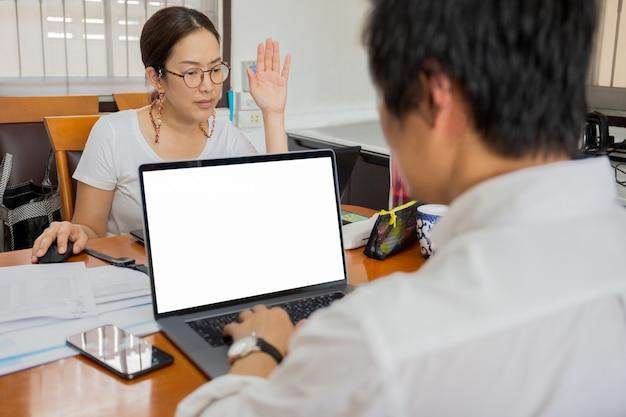A videoconferência dos empresários que usam o laptop em casa evita a covid-19.