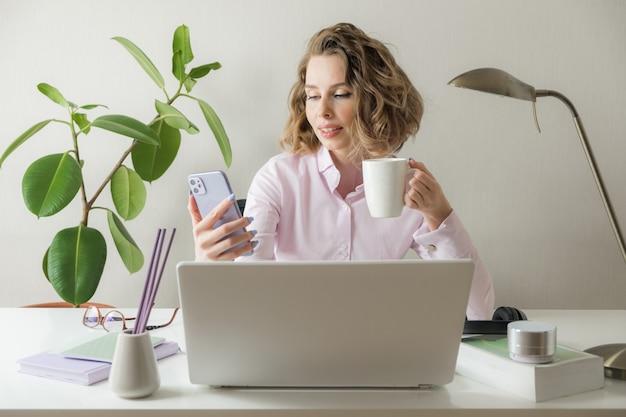 A videoconferência nova de sorriso da mulher de negócio que chama o telefone esperto fala pela webcam no bate-papo em linha, no serviço de apoio ao cliente e no conceito de ensino em linha da distância. trabalho remoto