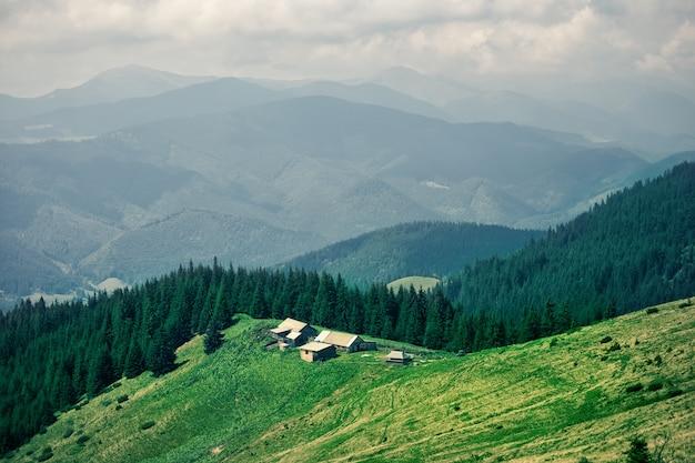 A vila fica em um prado verde nas montanhas