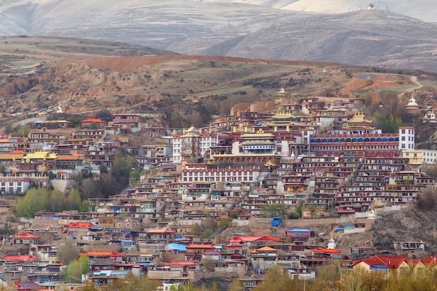 A vila inclina a montanha um marco famoso em ganzi, sichuan, china.