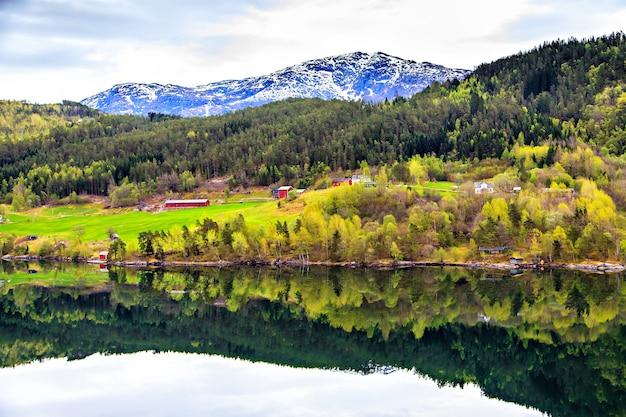 A vila na planície entre o mar do norte e as montanhas