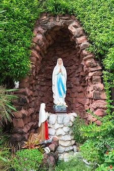 A virgem maria em frente à diocese católica romana, local público em bangkok, tailândia