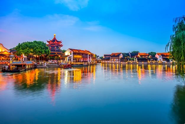 A visão noturna da antiga cidade de montanha de suzhou