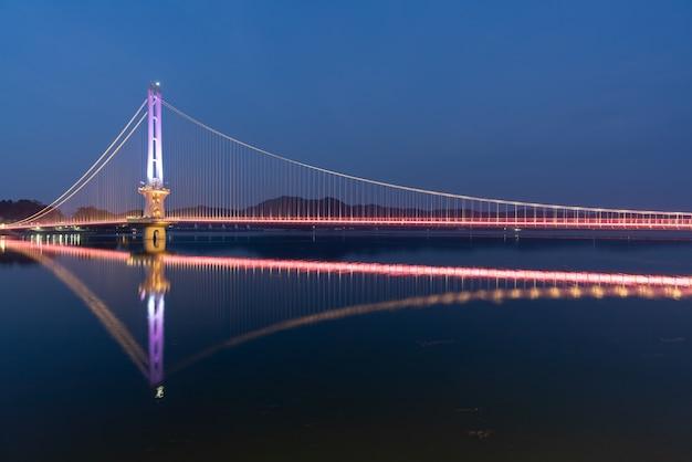 A visão noturna de uma ponte em yesan-gun, coréia