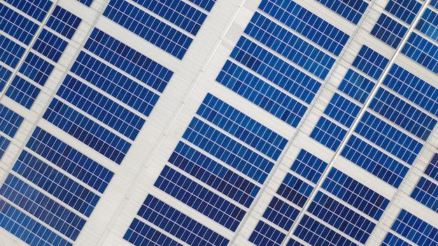 A visão superior das células solares no telhado tomadas com os drones