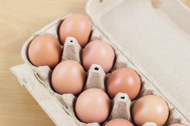A vista aérea da galinha marrom eggs em uma caixa aberta do ovo. fresco