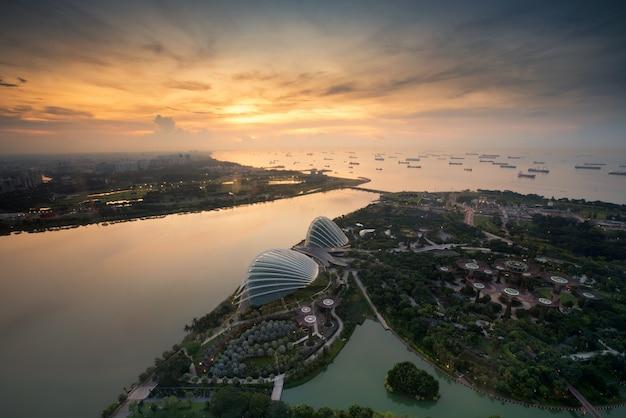 A vista aérea de jardins de singapura aproxima o louro do porto em singapore na manhã.