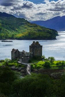 A vista aérea do castelo eilean donan é uma das atrações mais visitadas e importantes nas terras altas da escócia, na escócia