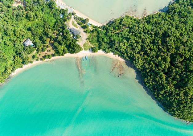 A vista aérea do zangão disparou do mar tropical com a ilha bonita do litoral em phuket tailândia.