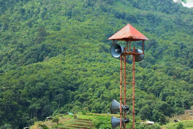 A vista bonita da montanha grande nas horas de verão com altifalante transmite a torre.