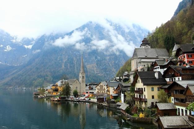 A vista da aldeia da montanha famosa de hallstatt, hallstatt é herança da cultura do mundo do unesco.