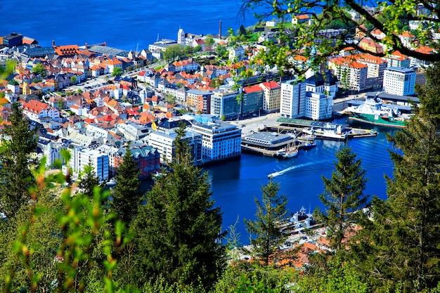 A vista da cidade, da baía e do mar do topo
