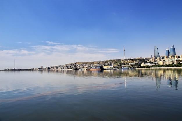 A vista da cidade de baku do mar cáspio no azerbaijão