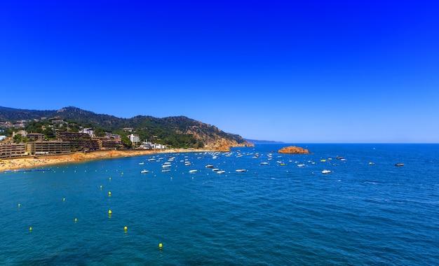 A vista da costa para o mar e os barcos