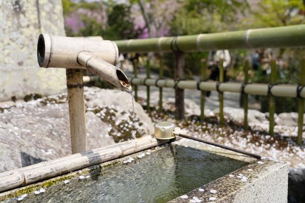 A vista da fonte de água tradicional no templo de tenryu-ji em kyoto.