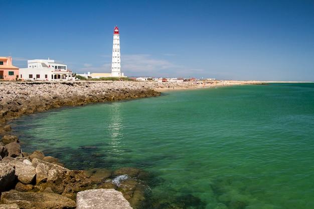 A vista da ilha bonita de farol localizou no algarve, portugal.