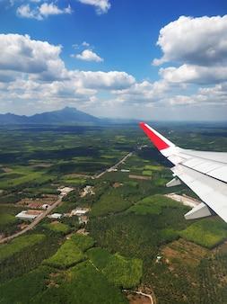 A vista da janela do avião para o solo. paisagem vista do céu.