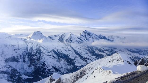 A vista das montanhas é coberta de neve.