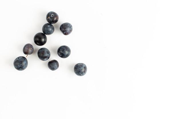 A vista de cima com amora-preta fresca, frutas azedas e escuras no fundo da mesa