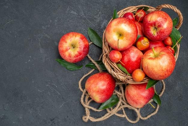 A vista de cima de cima frutifica as apetitosas cerejas e maçãs