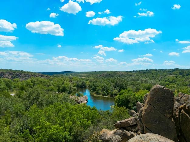 A vista de cima para o rio bug do sul. parque nacional de bug guard na ucrânia.