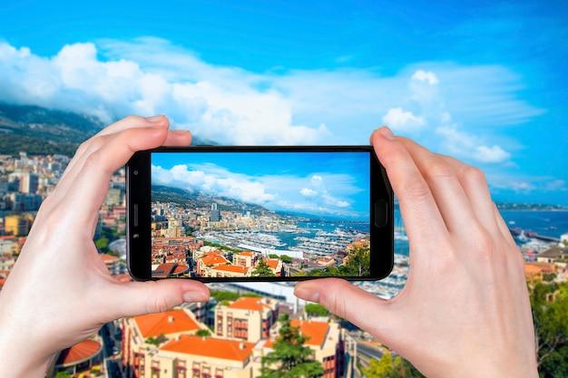 A vista de iates e apartamentos de luxo em mônaco. turista tira uma foto
