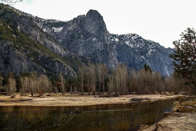 A vista de reflete a água no parque nacional de yosemite no inverno para o fundo da natureza