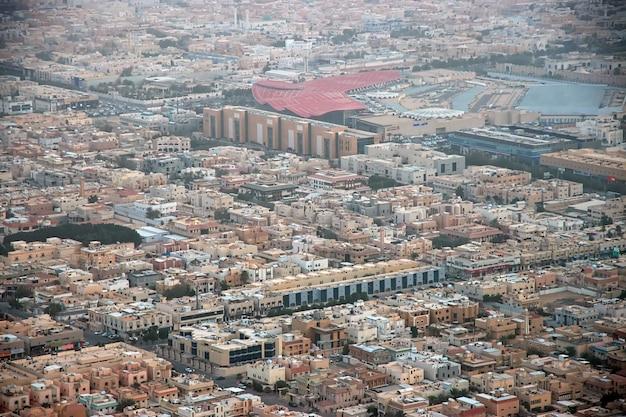 A vista de riyadh do kingdom centre burj al-mamlaka na arábia saudita