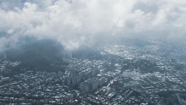 A vista de taipei, capital de taiwan, do alto do taipei 101, o segundo maior edifício do mundo, filma depois de chover de nevoeiro.