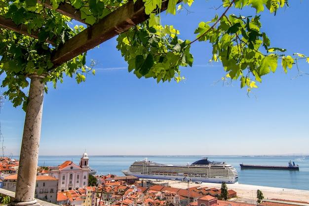 A vista de um navio de cruzeiros grande entrou em lisboa, portugal.