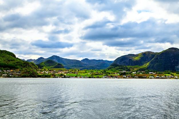 A vista de uma pequena cidade colorida à beira-mar
