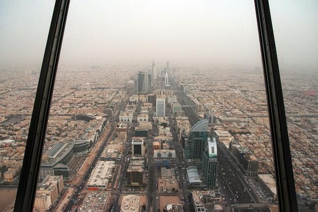 A vista do centro da cidade da ponte sky em kingdom centre burj al-mamlaka em riyadh, arábia saudita