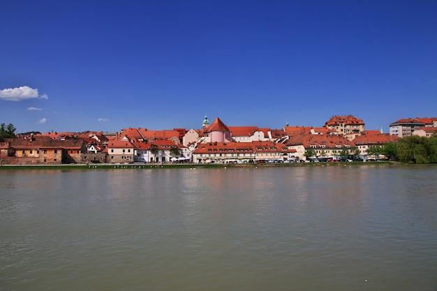 A vista do centro mais antigo de maribor na eslovênia