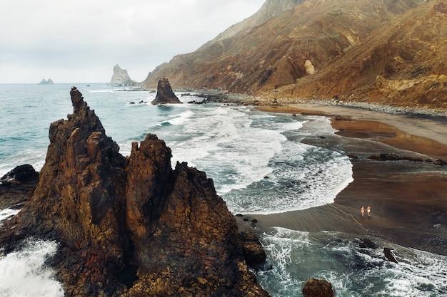 A vista do deck de observação na praia las teresitas tenerife.