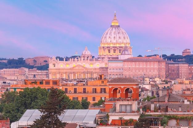 A vista do monte pinciano com vista para a basílica de são pedro durante o pôr do sol em roma, itália.