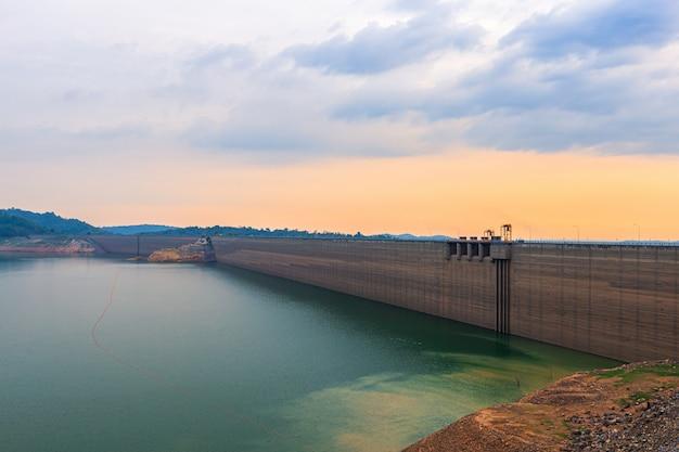 A vista do rio e das montanhas na represa de khun dan prakan chon é a represa concreta a maior e a mais longa do rolo compactado no mundo.