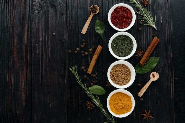 A vista do topo. cozinha indiana. condimento. temperos com ervas frescas e secas em tigelas. espaço livre para copiar