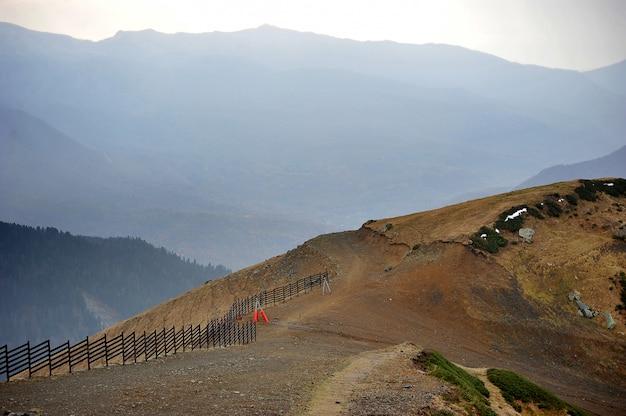 A vista do topo da montanha subiu o pico em rosa khutor, sochi