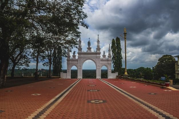 A vista do topo do centro de peregrinação de st. elias chavara na índia