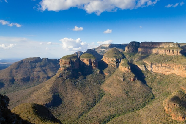 A vista dos três rondavels do blyde river canyon, na áfrica do sul. famoso ponto de referência. panorama africano