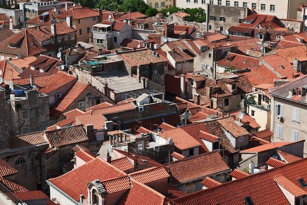 A vista em telhados da casa vintage na cidade de split, mar adriático, croácia