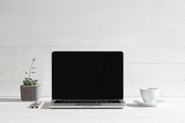 A vista frontal do notebook e xícara de café. conceito de inspiração e mock-up