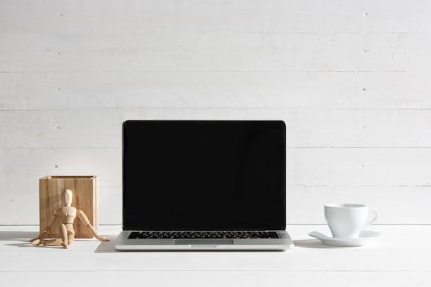 A vista frontal do notebook e xícara de café. conceito de inspiração