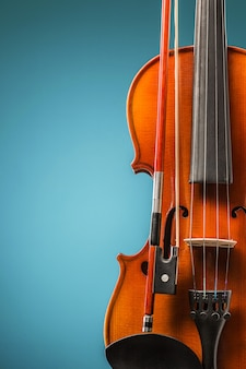 A vista frontal do violino na parede azul