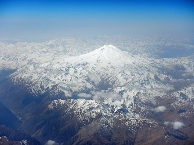 A vista nas montanhas caucasianas do avião