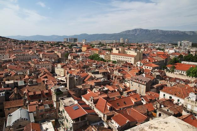 A vista nos telhados da casa vintage na cidade de split, mar adriático, croácia