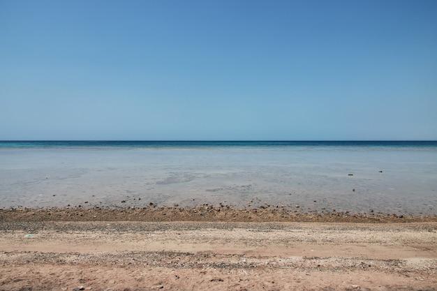 A vista panorâmica do mar vermelho na arábia saudita