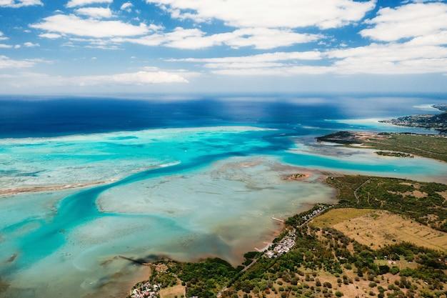A vista panorâmica na costa da maurícia.