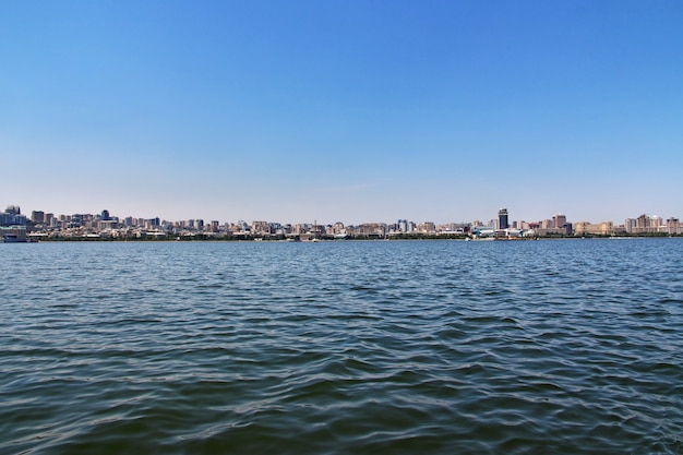 A vista sobre a cidade de baku do mar cáspio, azerbaijão